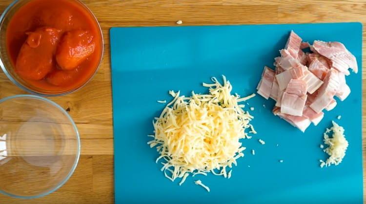 На терке натираем сыр.