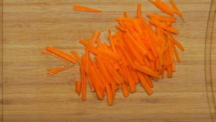 Морковь тоже режем соломкой.