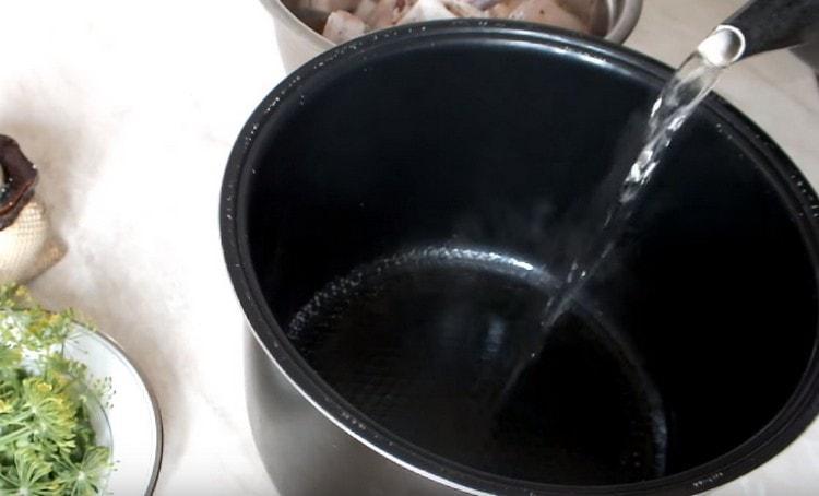 В чашу мультиварки наливаем кипяток.