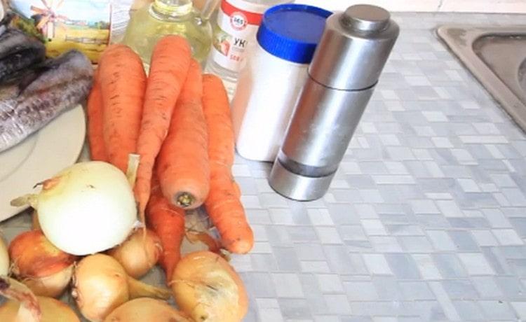 Морковь и лук чистим.