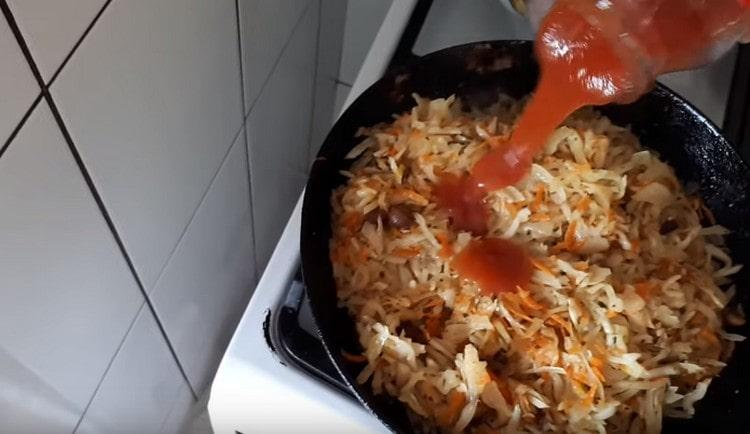 Когда капуста станет мягкой, добавляем томатный соус или пасту.