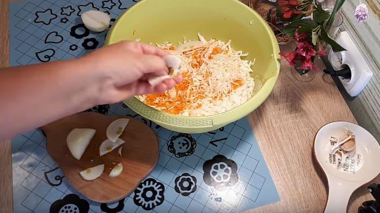 Добавляем в начинку нарезанный полукольцами лук.
