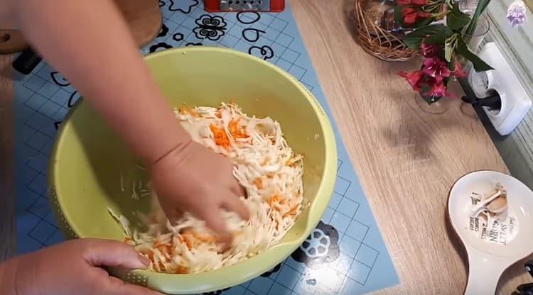 Хорошо разминаем овощи руками, чтобы они пустили сок.