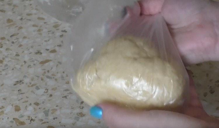 Помещаем готовое тесто в пакет и отправляем в холодильник.