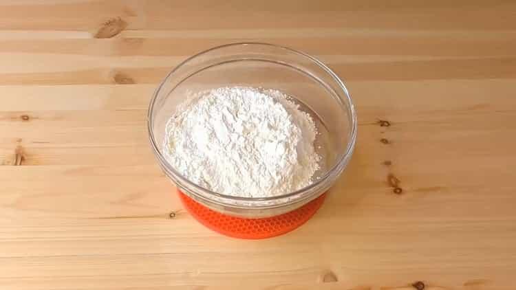 Для приготовления слоеных пирожков с творогом просейте муку