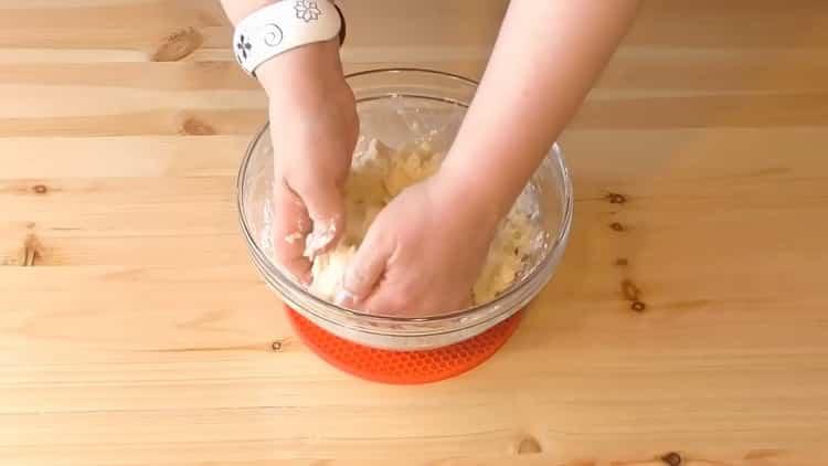 Для приготовления слоеных пирожков с творогом смешайте ингредиенты для теста