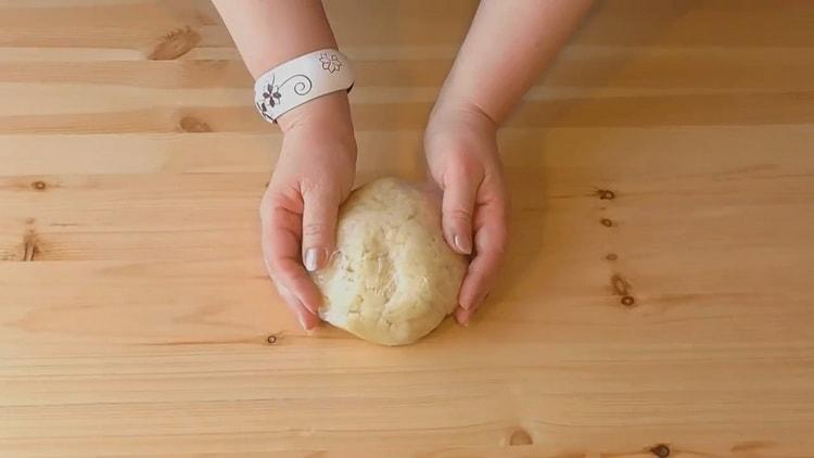 Для приготовления слоеных пирожков с творогом замесите тесто