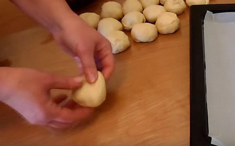 Делим тесто на равные кусочки и формируем из них шарики.