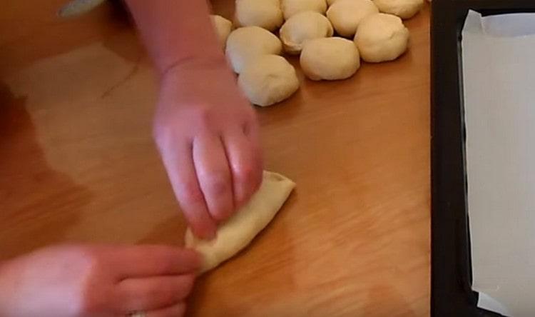 Аккуратно защипываем края теста, формируя пирожок.