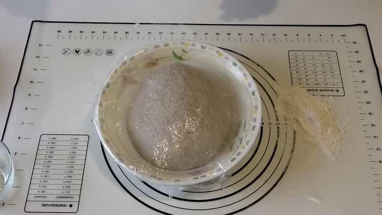 Для приготовления пшенично -ржаного хлеба положите тесто под пленку