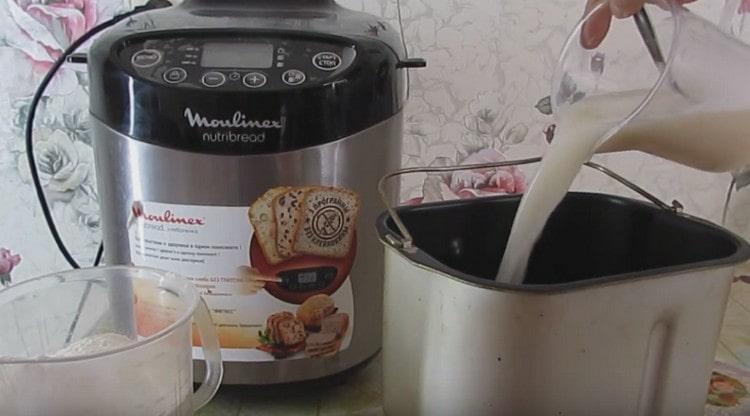 Выливаем подготовленную опару в емкость хлебопеки.