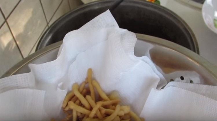 После жарки перекладываем чак чак на бумажные полотенца, чтобы убрать жир.