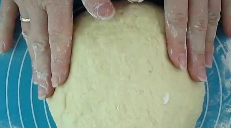 Правильно приготовленное тесто не должно прилипать к рукам.