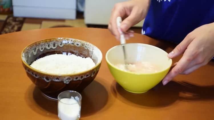 Для приготовления дрожжевых рогаликов, подготовьте ингредиенты