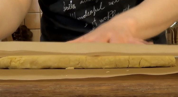 Накрываем пласт теста вторым листом пергамента.