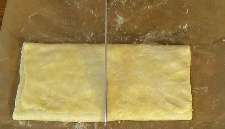 Снова складываем тесто втрое и разрезаем теперь пополам.