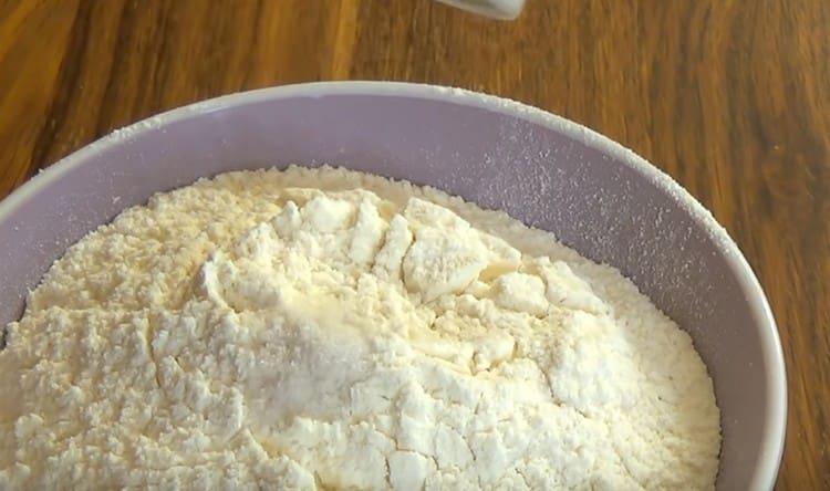 Просеянную муку смешиваем с солью.