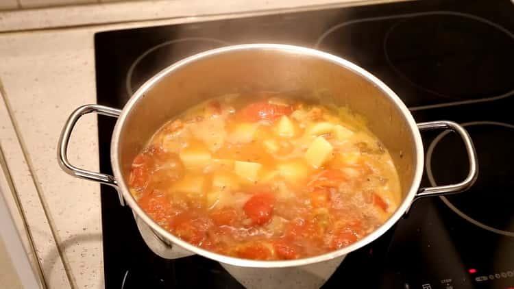 Для приготовления супа из минтая, добавьте картофель