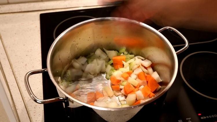 Для приготовления супа из минтая, приготовьте овощи