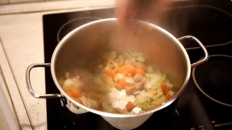 Для приготовления супа из минтая, потушите овощи