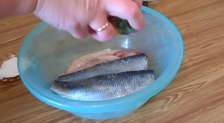 Солим и перчим рыбу по своему вкусу.