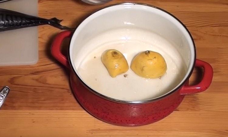 Остатки лимона тоже кладем в эту кастрюлю.