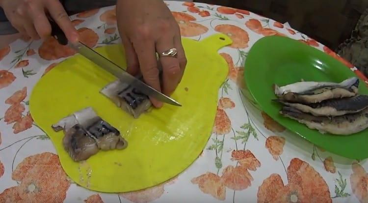 Нарезаем филе скумбрии на кусочки.