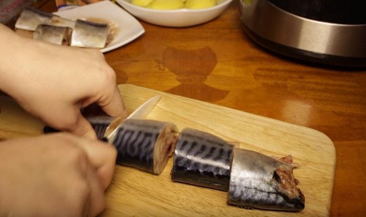 Скумбрию чистим и режем на порционные кусочки.