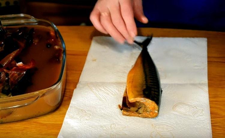 Готовую рыбу вынимаем из маринада и обтираем бумажными полотенцами.