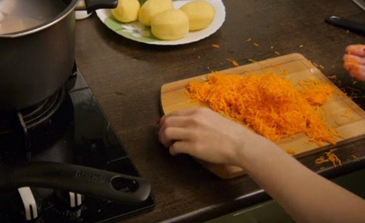 Натираем морковь на мелкой терке.