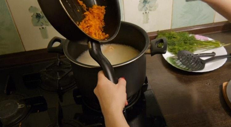 Добавляем в почти готовый суп зажарку.