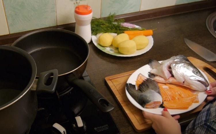 Для такого супа можно взять голову и хвост лосося, несколько кусочков филе.