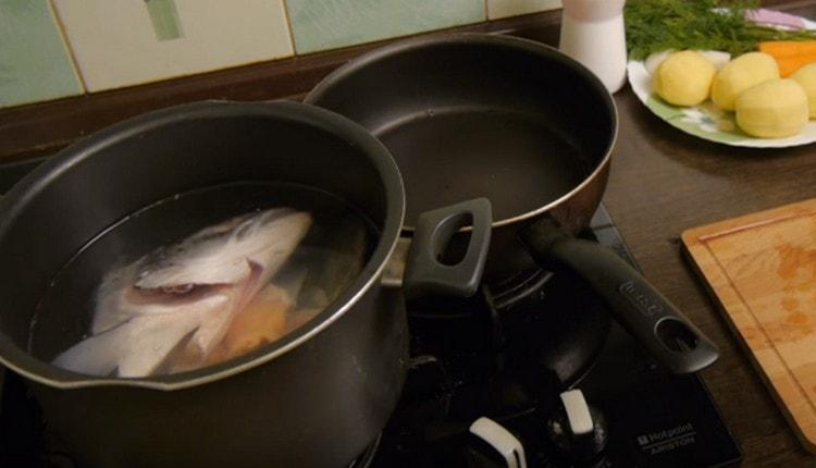 Заливаем рыбу в кастрюле водой и ставим вариться.