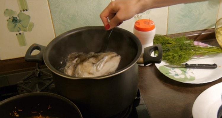Из готового бульона достаем рыбу, отделяем мясо от костей.