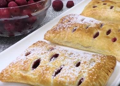Слойки из слоеного дрожжевого теста с ягодами — рецепт быстрых сладких пирожков
