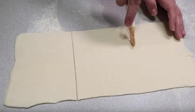 Нарезаем раскатанный пласт теста на порционные заготовки.