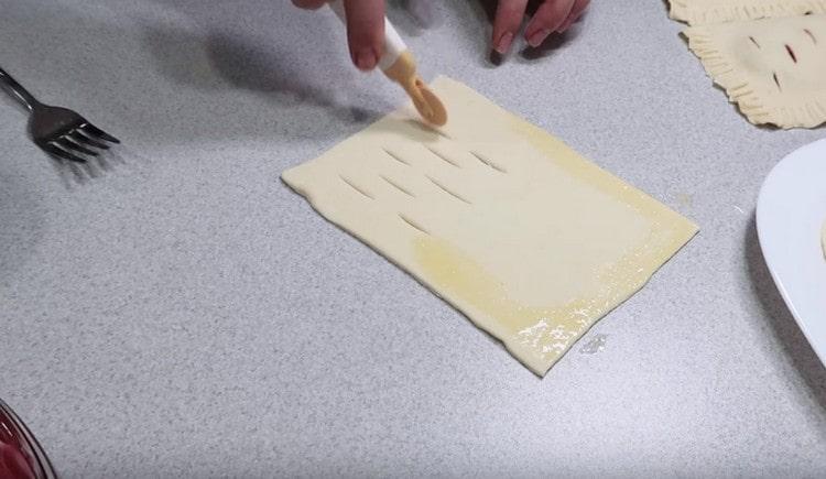 Вместо проколов можно также сделать в тесте надрезы.