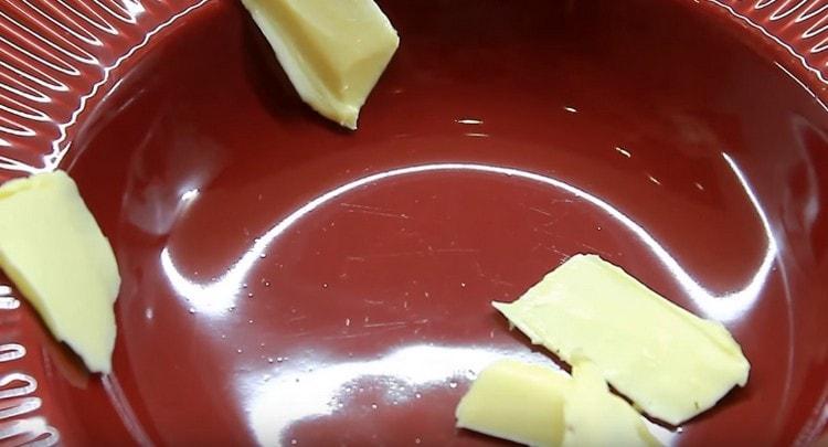 Выкладываем на сервировочное блюдо несколько кусочков сливочного масла.