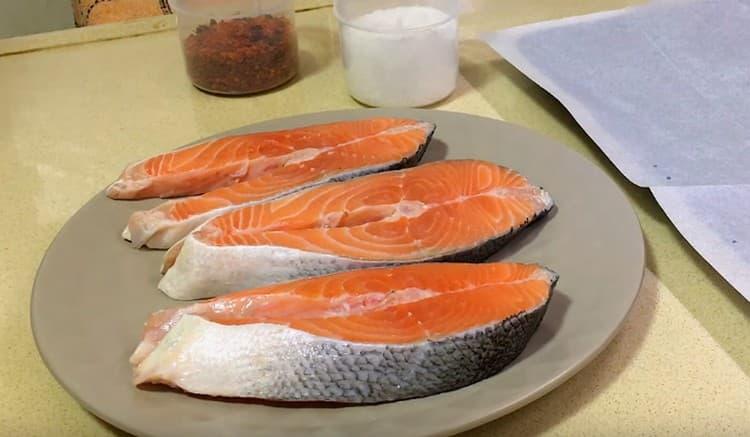 Нам понадобятся 3 стейка лосося.