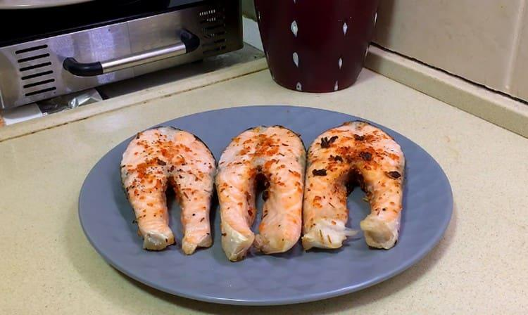 как видите, стейк лосося в духовке готовить ну очень просто.