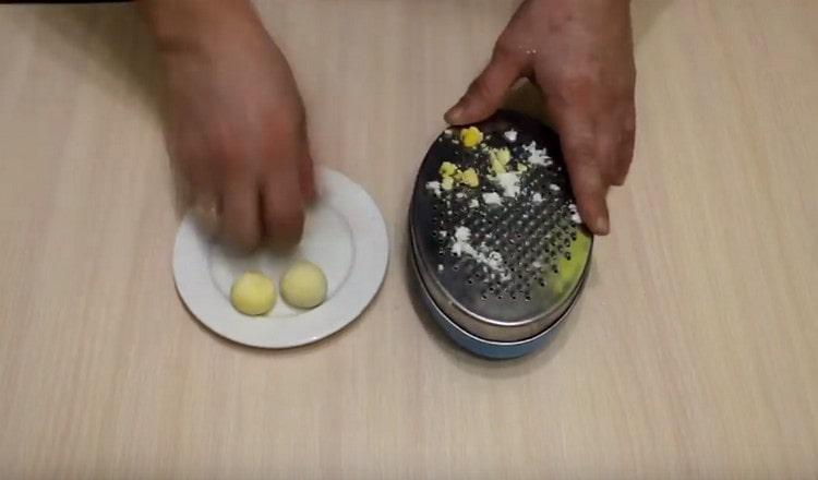 Натираем на мелкой терке отваренные вкрутую яйца.