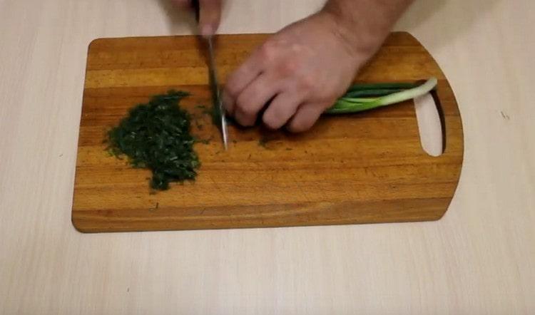 Измельчаем свежую зелень и лук.