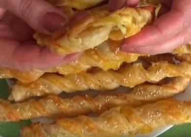 Сырные палочки из слоеного теста — мягкие внутри, с золотистой хрустящей корочкой