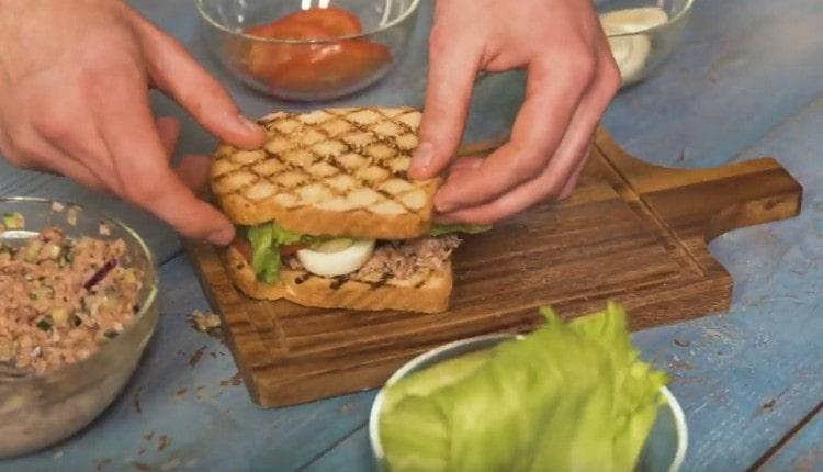 Накрываем сэндвич вторым кусочком хлеба.