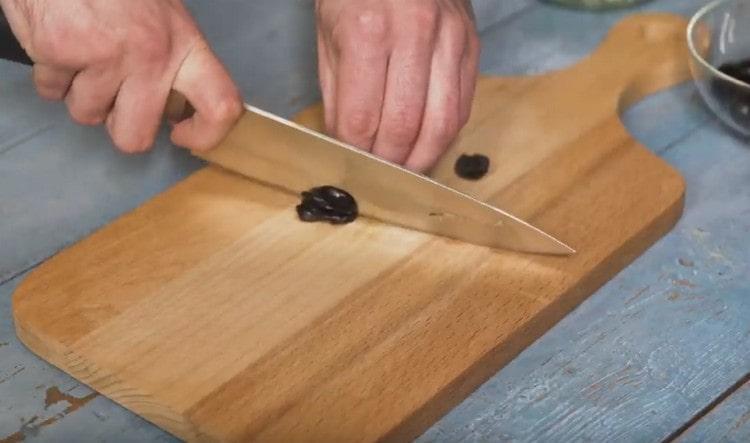 Нарезаем маслины.