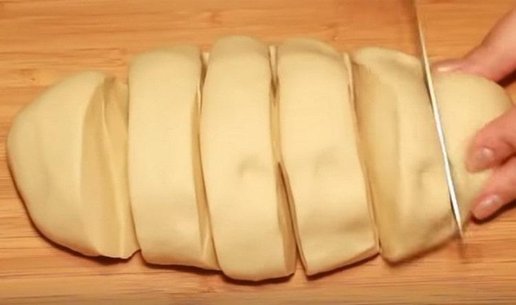 Делим тесто на 6 равных частей.