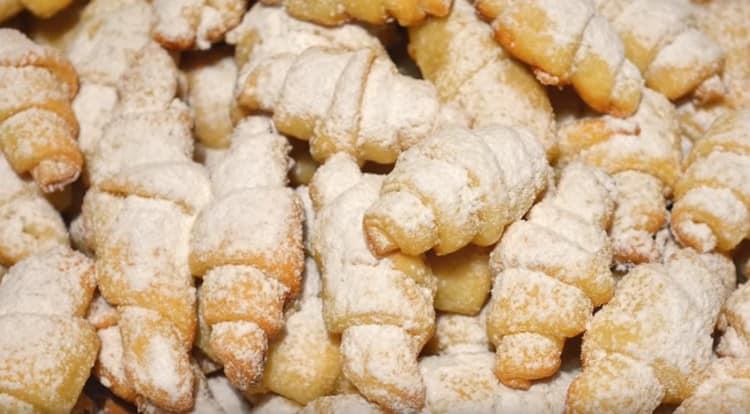 Готовые творожные рогалики можно посыпать сахарной пудрой.