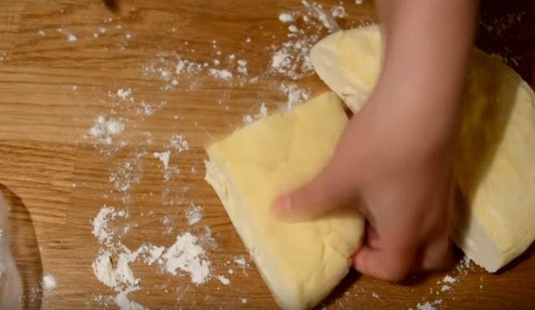Для удобства разделяем тесто на 4 части.