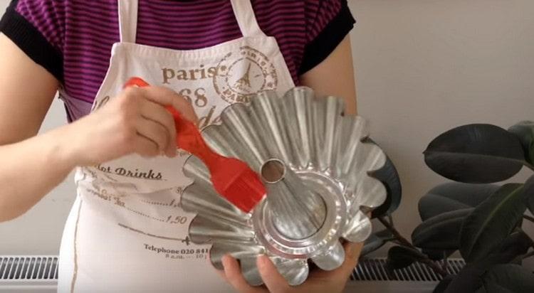 Форму для выпечки кекса смазываем растительным маслом.