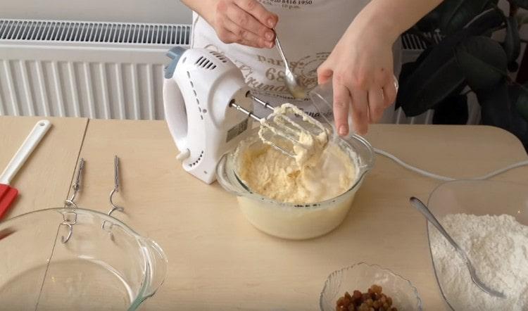 Гашенную соду добавляем в тесто.